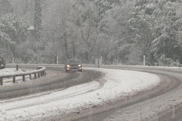 Jusqu'à 19 centimètres de neige enregistrés dans le secteur de Barnas et le sud Ardèche ce lundi 4 janvier 2021. Les conditions de circulation sont difficiles sur certains axes routiers du département.