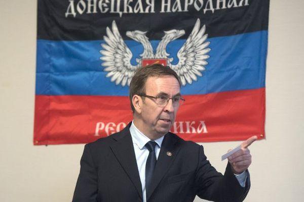Hubert Fayard (FN) devant le drapeau de la république auto-proclamée de Donetsk (septembre 2017)