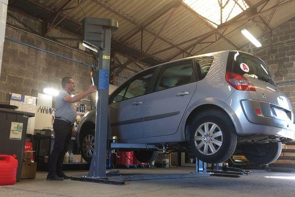 A Gerzat, dans le Puy-de-Dôme, un garage solidaire a ouvert ses portes en septembre 2017. Solidarauto 63 vient en aide aux personnes en difficulté financière. Une autre association d'Aubière, Détours, propose aussi l'entretien des véhicules à des tarifs adaptés aux personnes en situation de précarité.