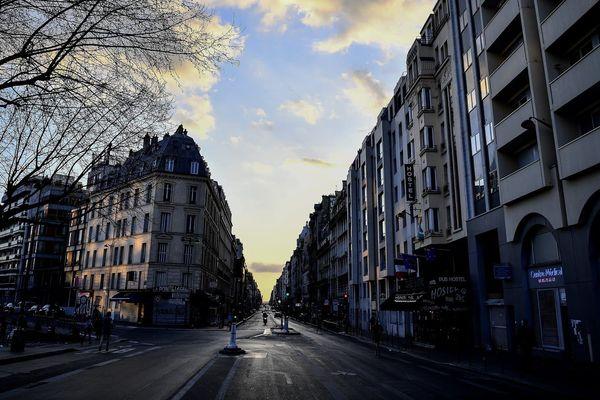 Photo d'une rue de Paris quasiment vide le 18 mars 2020, 2e jour de confinement obligatoire en France - Christophe ARCHAMBAULT / AFP