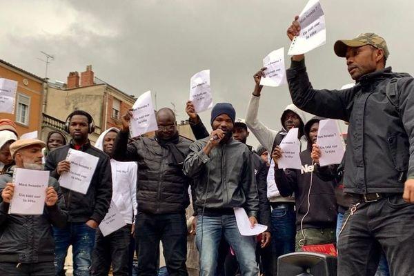Les résidents du squat de la rue de Muret à Toulouse manifestent devant la préfecture, vendredi 15 novembre 2019