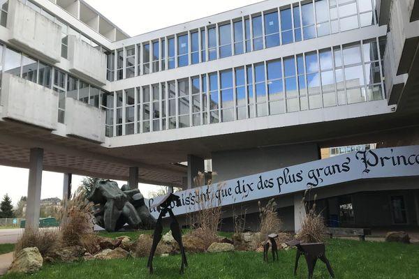 Le lycée Rémi-Belleau de Nogent-le-Rotrou est composé de plusieurs bâtiments, dont celui-ci où se déroule les cours.