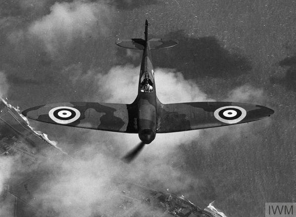 Le Spitfire MK I, célèbre et emblématique chausseur britannique, photographié en mai 1940.