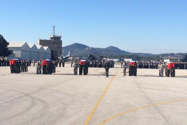 Le cercueil des militaires disparus tragiquement sont recouverts du drapeau français sur la base du Cannet-des-Maures.