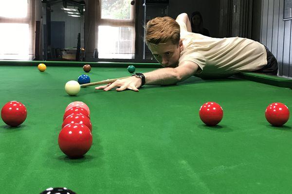 Brian Ochoiski est le seul joueur de snooker Français à jouer aux côtés des professionnels. Encore amateur, il espère se faire une place prochainement.