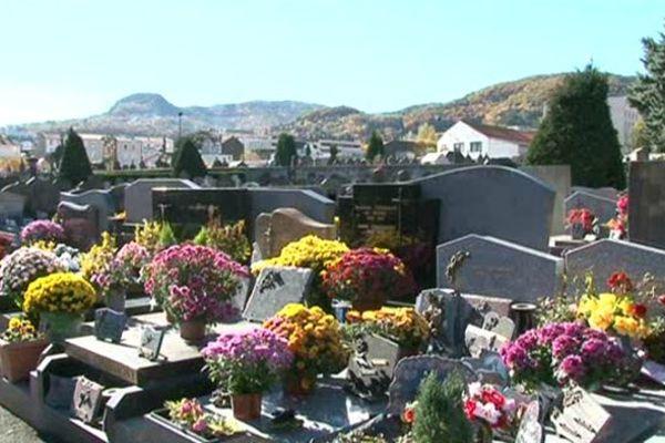 Les cimetières sont toujours de plus en plus fleuris et visités pour la Toussaint.