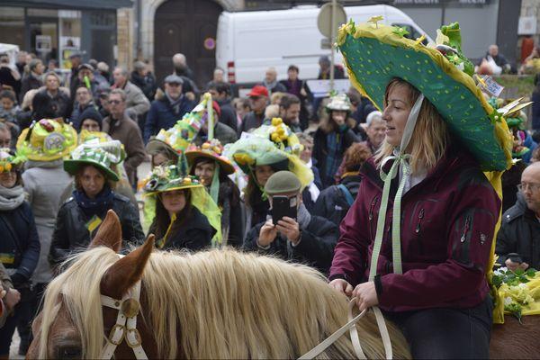 La gagnante 2019 du concours de chapeaux de la Sainte-Catherine.
