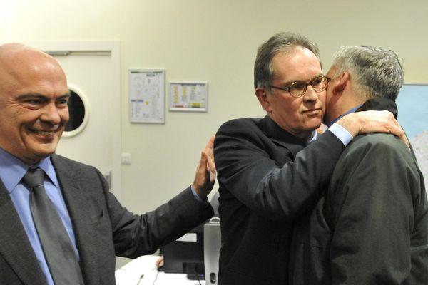 Alain Cadec (UMP) , dans les bras de Stéphane de Sallier-Dupin, et avec Marc Le Fur