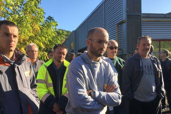 Des employés devant l'usine Sandvik à Fondettes, le 24 octobre 2018.