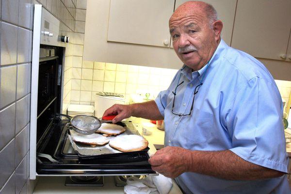 Bien qu'à la retraite, Pierre Troisgros allait souvent au marché à Roanne, et concoctait ses recettes en cuisine chez lui. Le chef aux trois étoiles est décédé à l'âge de 92 ans, mercredi 23 septembre 2020.