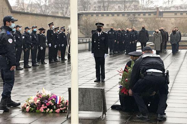 Le préfet de région a déposé une gerbe en hommage au policier Franck Labois, mort en intervention le 13 janvier 2020.