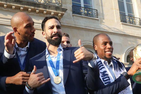Adil Rami avec ses co-équipiers champions du monde à l'Elysée.