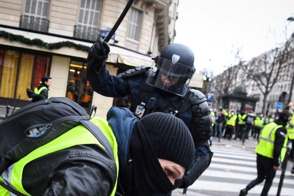 Les gilets jaunes dénoncent depuis le début du mouvement les violences policières lors des manifestations, notamment à Paris (illustration).