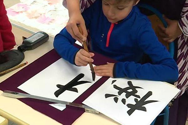 Initiation à la calligraphie japonaise pour les élèves de l'école Georges Sand de Niort.