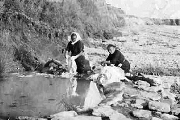 Au début du XXème siècle, les Pénestinoises utilisaient l'eau de la falaise pour faire leur lessive. L'eau riche en kaolinite assurait la couleur blanche du linge.