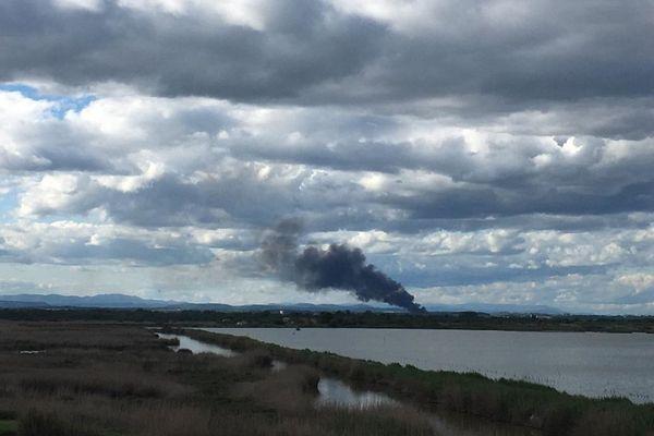 Hérault : un violent incendie visible à des kilomètres a détruit un hangar agricole de 2.000m2 à Lunel-Viel - 3 mai 2020.