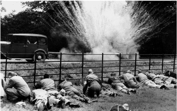 Des membres de la Home Guard s'entraînent à jeter des cocktails Molotov sur des véhicules, à Osterley Park, en juillet 1940.