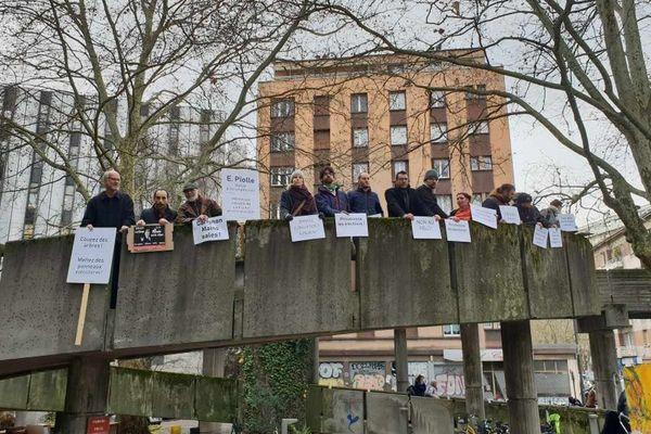 Les manifestants s'opposent au retour d'Alain Carignon au Conseil municipal ce 16 décembre.