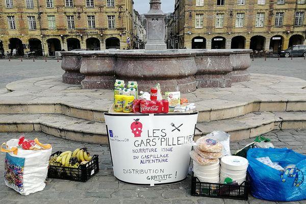 Les gars pilleurs ont distribué de la nourriture place Ducale à Charleville-Mézières.