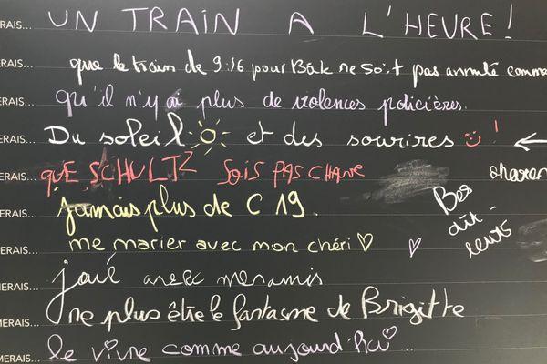 Quelques phrases écrites sur le tableau noir installé à Mulhouse.