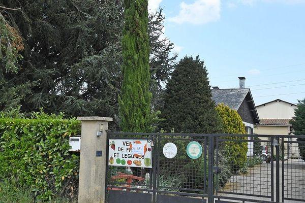 A Charly, au sud de Lyon, un couple de retraités et leur fille, victimes d'un home-jacking dans la nuit du 22 au 23 avril ... Les victimes ont été dévalisées. Un voisin a lancé une cagnotte pour aider la petite exploitation agricole tenue par les enfants du couple d'octogénaire