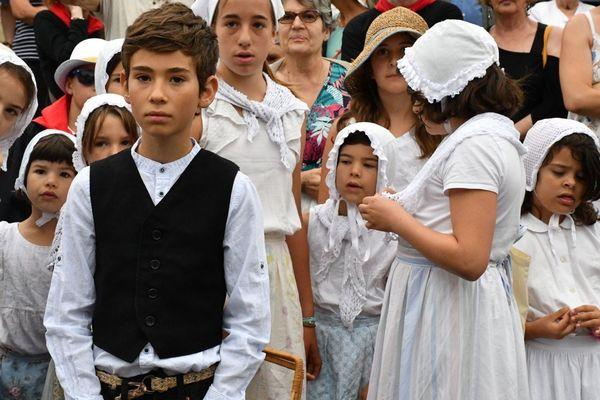 Les enfants d'une calandreta (école occitane) qui s'apprêtent à défiler dans les rues de Périgueux.