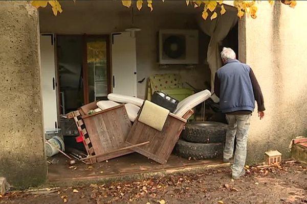 Michel Dotta a entreposé à l'extérieur des meubles et des objets destinés à la déchetterie.