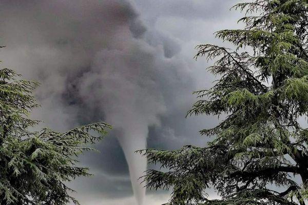 La formation d'une tornade a été observée par de nombreux témoins à Annonay (Ardèche), jeudi 24 juin à midi, sans faire de victime ni de dégât.