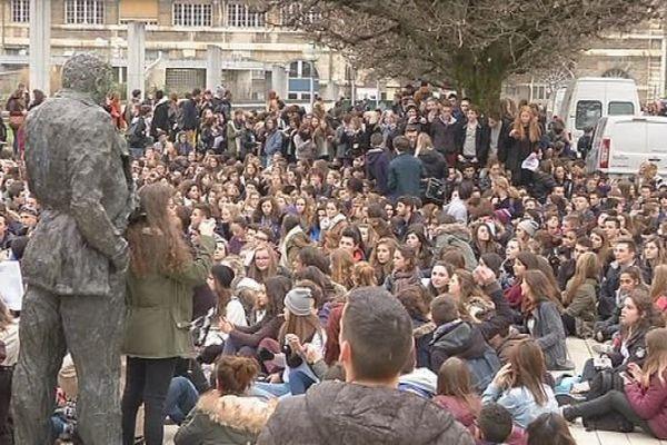 A Besançon, l'esplanade des droits de l'homme et des centaines de jeunes pour rendre hommage aux 12 victimes