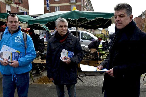 Sur le marché des Maillets, les militants et la tête de liste de Réveillez Le Mans avec vous