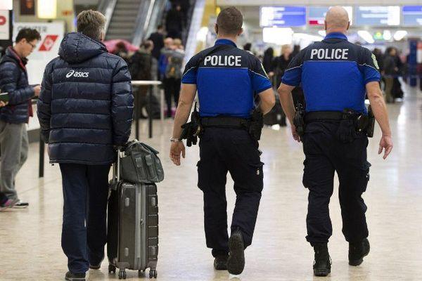 Des forces de police patrouillent à l'aéroport de Genève, le 10 décembre 2015.
