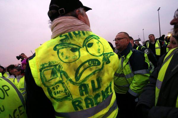 Illustration : manifestation des Gilets jaunes au départ de Montbéliard qui appelle au blocage du pays pour dénoncer la hausse des taxes des carburants.