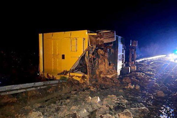 Le camion transportant 150 veaux s'est couché le long de l'autoroute A39 dans le Jura.
