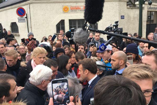 Le président de la République, Emmanuel Macron, en pleine discussion avec des habitants à Epernay le 14 novembre 2019.