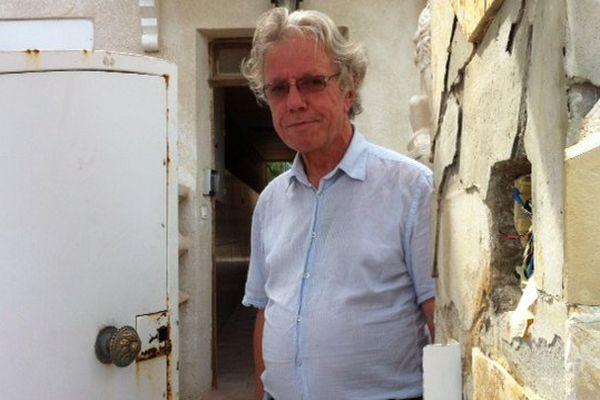 Le militant de l'Union Juive Française pour la Paix devant la porte de son lotissement fracturé par le raid...