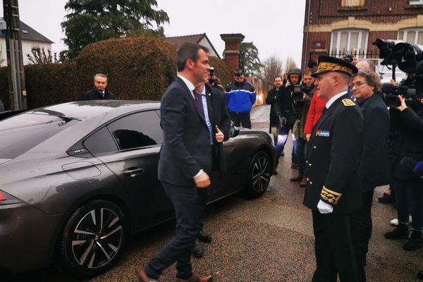 Olivier Véran à son arrivée à Vaumoise, accueilli par le préfet Louis Le Franc, ce 28 février.