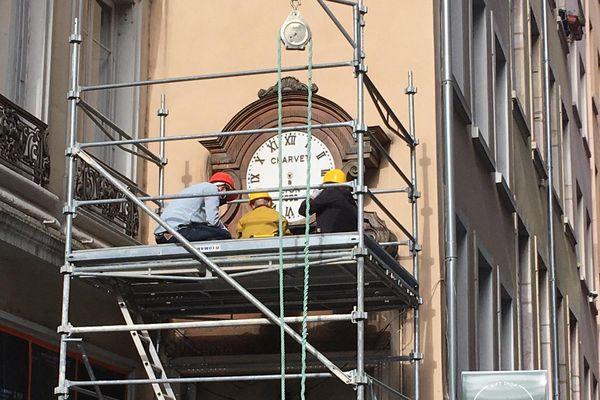 Démontage de l'horloge Charvet dite « l'horloge aux guignols ». 156 ans qu'elle était rue de la Poulaillerie. Elle quitte  le 2ème arrondissement de Lyon, pour être restaurée (budget pour la ville : 200000€). Elle sera ensuite réinstallée dans le vieux Lyon sur la façade du musée Gadagne qui abrite le musée de la marionnette.