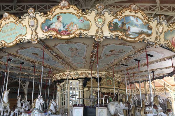 Ce carrousel de 1900 trône au centre de la nouvelle attraction, l'Eden Palais.