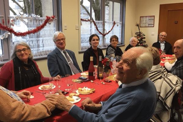 Les bénévoles et personnes aidées par l'association réunies ce midi à l'occasion de Noël.