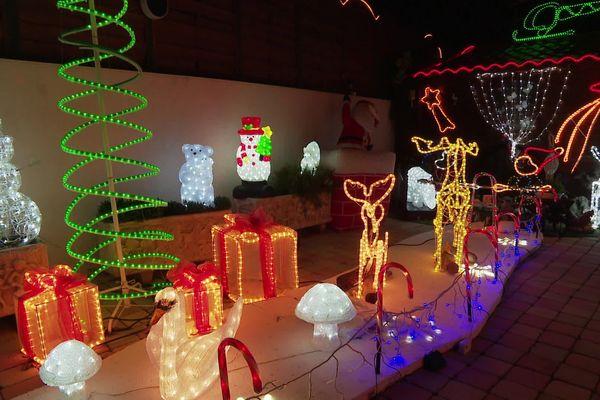 Tous les ans, en décembre, c'est féerique chez les Karsenty : ce couple de Balaruc-les-Bains, dans l'Hérault pare sa maison de lumières et l'ouvre aux gens du quartier.