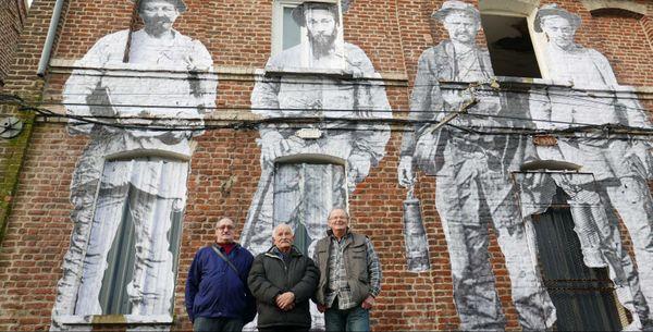 Collage de très anciens mineurs et de trois anciens mineurs à Bruay-la-Buissière.