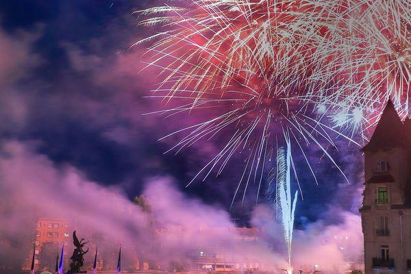 Cette année encore, le feu d'artifice sera tiré de la Place de l'Hôtel de Ville de Mézières.