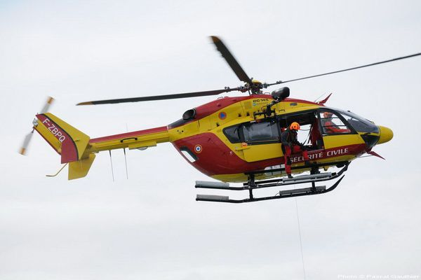 Deux hélicoptères sont intervenus depuis 15 heures. Le corps de la jeune fille a été retrouvé à un kilomètre de la plage, emporté par les courants