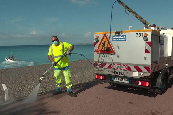 À Nice, le nettoyage et la désinfection des accès à la plages sont quotidiens.