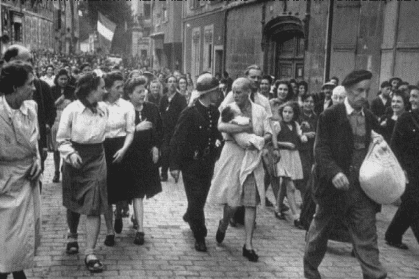 Femme tondue pour avoir eu un enfant avec un soldat allemand, une photo prise le 18 août 1944 par Robert Capa, dans un village près de Cherbourg