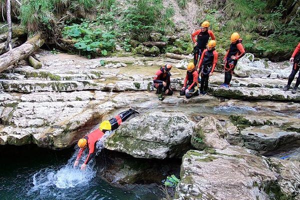 Canyoning près de Saint-Claude, dans le Jura.