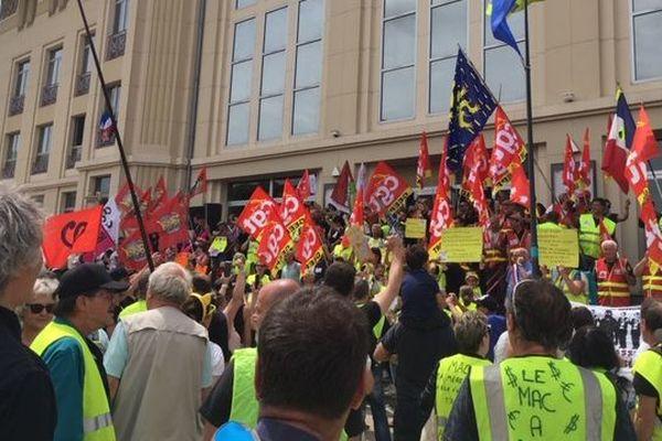 Environ 300 Gilets Jaunes ont rejoint l'intersyndicale de General Electric cet après-midi pour manifester contre les licenciements.