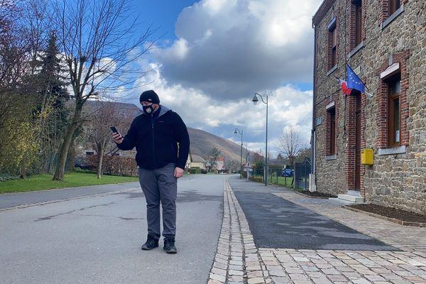 Dans le petit village de Landrichamps dans les Ardennes, la réception d'un relais téléphonique pour passer un coup de fil est un défi au quotidien