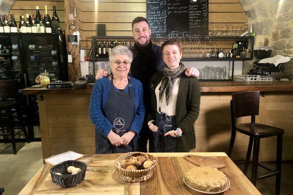 Romain Castagné et sa mère, Marie-Claude, cuisinière de métier, sont avec Sophie Jovillard dans l'ancienne ferme-auberge familiale. Sur la table, des croquants et un gâteaux au noix préparés pour l'occasion.