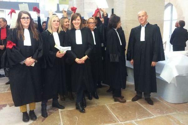 Les avocats bourguignons manifestent au palais de justice de Chalon-sur-Saône, vendredi 16 octobre 2015.